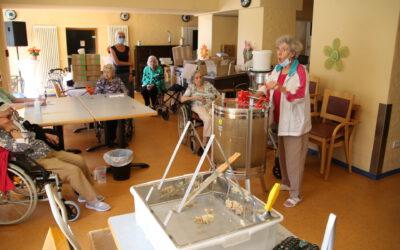 Unsere Senioren beim ersten Honig schleudern