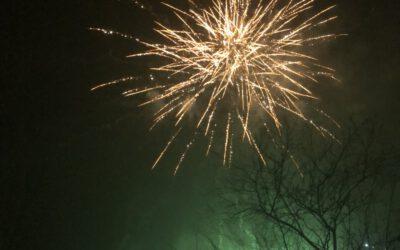 Feuerwerk mit Wünschen für einen guten Start ins Jahr 2021